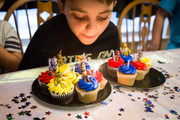 five-nights-at-freddys-birthday-party-blow-out-the-candles